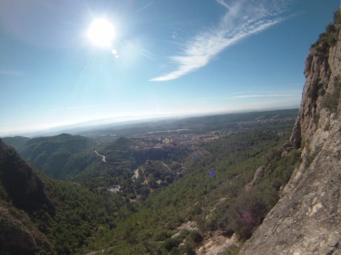 Aunque la vía no es muy aérea, tiene unas vistas chulas al pueblo abajo =)