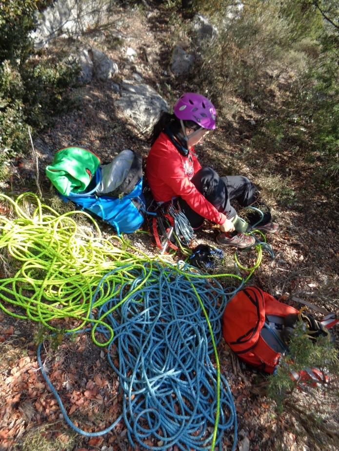 Susana preparandose para abrir el primer largo de nuestra cordada :-)